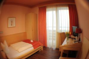A bed or beds in a room at AKZENT Hotel Landgasthof Murrer