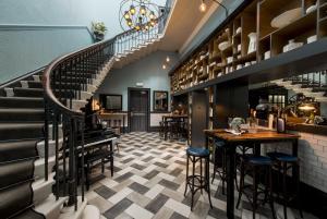 מסעדה או מקום אחר לאכול בו ב-The Churchill Hotel