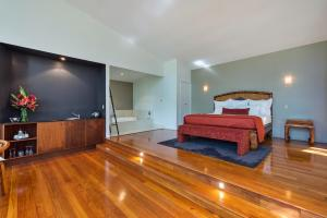 A television and/or entertainment centre at Pethers Rainforest Retreat