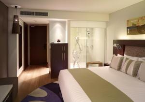 A bed or beds in a room at Park Plaza Sukhumvit Bangkok