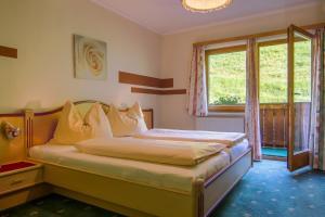 Postel nebo postele na pokoji v ubytování Gasthof zum Kaiserweg