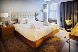 A bed or beds in a room at DoubleTree by Hilton Lincoln