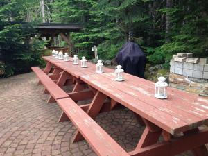 A restaurant or other place to eat at Whistler Lodge Hostel
