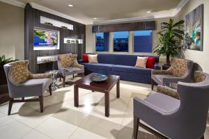 A seating area at Eden Roc Inn & Suites near the Maingate
