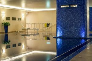 Бассейн в Renaissance Moscow Monarch Centre Hotel или поблизости