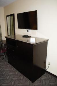 Телевизор и/или развлекательный центр в Lacombe Motor Inn