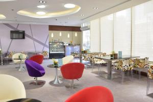 Um restaurante ou outro lugar para comer em Novotel Suites Riyadh Dyar