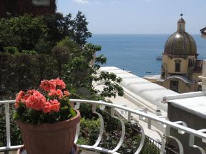 Vista generica sul mare o vista sul mare dall'interno dell'affittacamere