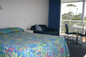 A bed or beds in a room at Kingfisher Motel (Adults only)