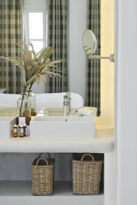 Salle de bains dans l'établissement Petinos Beach Hotel