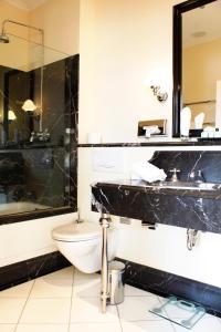 Ein Badezimmer in der Unterkunft Hotel Niederländischer Hof