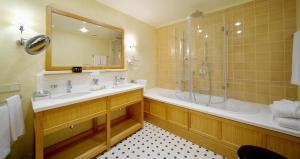 Un baño de Hotel Garden Palace