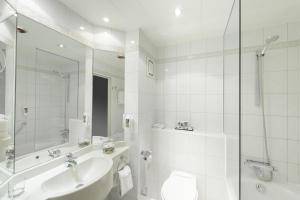 A bathroom at Mercure Kamen Unna