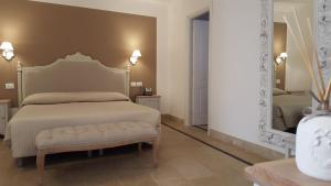 A bed or beds in a room at Hotel Gargallo