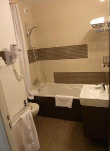 A bathroom at Forme-hotel & Spa Montpellier Sud-Est - Parc Expositions - Arena