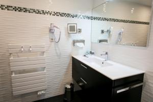 A bathroom at Mercure Mont Saint Michel