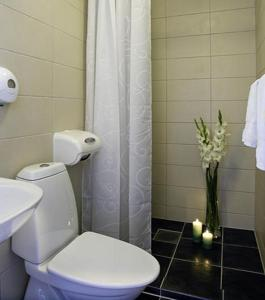 A bathroom at Bømlo Hotel