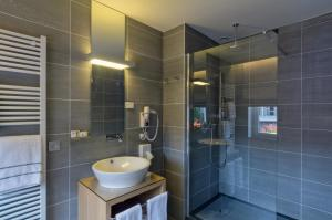 A bathroom at Hotel l'Auberge