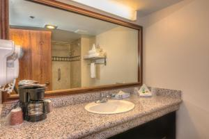 A bathroom at Grand Vista Hotel Grand Junction