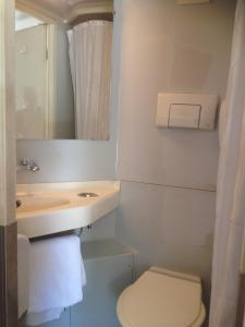 A bathroom at Premiere Classe Rodez