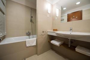A bathroom at Tisza Balneum Hotel