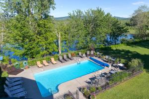 A view of the pool at Hotel & Suites Lac-Brome or nearby