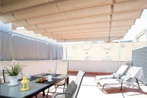 A restaurant or other place to eat at Feelathome Poblenou Beach Apartments