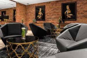El salón o zona de bar de Queen Boutique Hotel