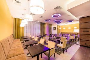 A restaurant or other place to eat at Hilton Garden Inn Krasnoyarsk