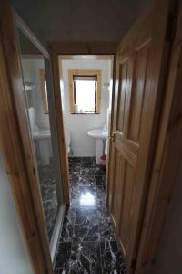 A bathroom at Sandwick Bay Guest House