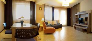 A seating area at Summerland Serviced Apartments Mamaia