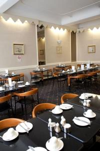 A restaurant or other place to eat at Rose Court Hotel