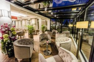The lounge or bar area at Ozo Hotel