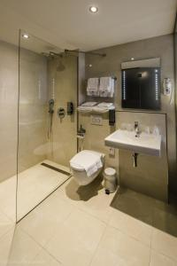 A bathroom at Ozo Hotel