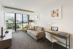 A seating area at 28 Nights Apartments