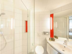 A bathroom at Ibis Hamburg City
