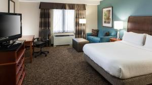 A bed or beds in a room at Hilton Garden Inn Rockaway
