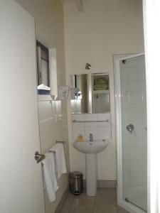 A bathroom at Off Mountain Accommodation