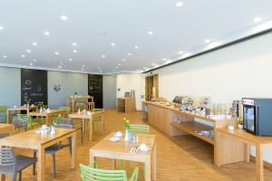 Ein Restaurant oder anderes Speiselokal in der Unterkunft mk hotel remscheid