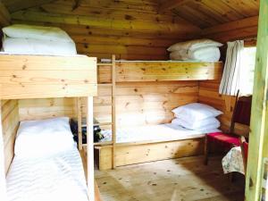 Ein Etagenbett oder Etagenbetten in einem Zimmer der Unterkunft Krogager Primitiv Camping - Krogen