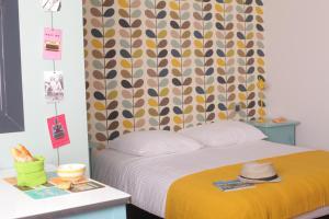 Een bed of bedden in een kamer bij DORMIR EN VILLE - À 450 m du centre historique