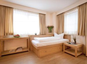 A bed or beds in a room at Hotel Appartement Neuhaus
