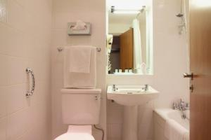A bathroom at Aberdeen Airport Dyce Hotel, Sure Hotel Collection by BW