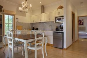 A kitchen or kitchenette at Riversdale Estate Cottages