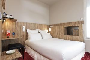 A bed or beds in a room at Libertel Gare Du Nord Suede