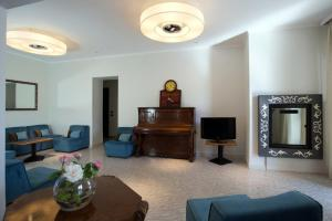 A seating area at Hotel Il Gabbiano
