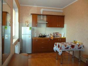 Кухня или мини-кухня в Гостевой Дом Березка