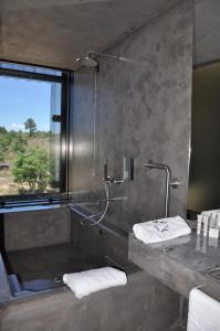 Uma casa de banho em Cró Hotel Rural e Termal Spa