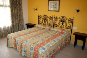 Een bed of bedden in een kamer bij Apartamentos Isla Del Sol