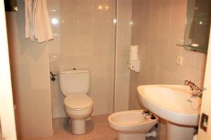 Een badkamer bij Apartamentos Isla Del Sol